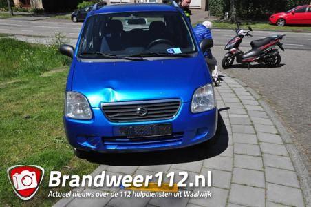 Scooter enkele meters meegesleurd na botsing met auto aan de Ambrosiusweg Waalwijk