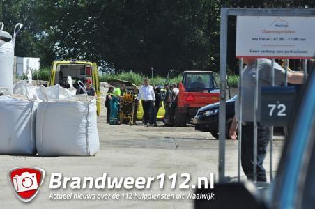 Man wordt onwel onder het rijden op bedrijventerrein aan de Sluisweg Waalwijk
