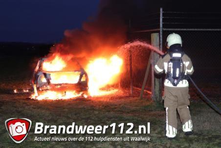 Auto gaat in vlammen op aan de Mannenbeemdweg Waalwijk