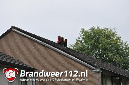 Verwarde man klimt op dak van woning in Waalwijk, hulpdiensten rukken massaal uit