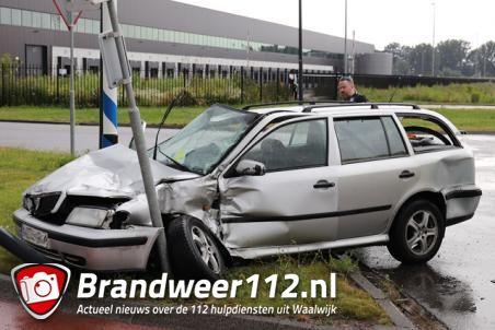 Automobilist botst tegen vrachtwagen aan de Pakketweg Waalwijk