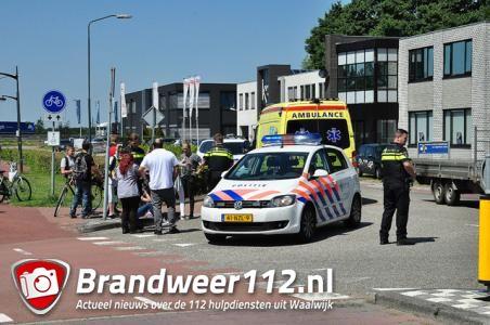 Meisje vliegt over motorkap van auto aan de Cartografenweg Waalwijk