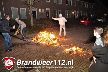 Kampvuur op straat blokkeert verkeer, brandweer laat jongeren het vuur zelf doven