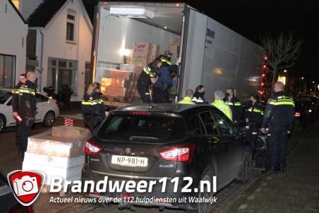 Politie vindt 11 onbekende personen in vrachtwagen aan de St. Antoniusstraat Waalwijk