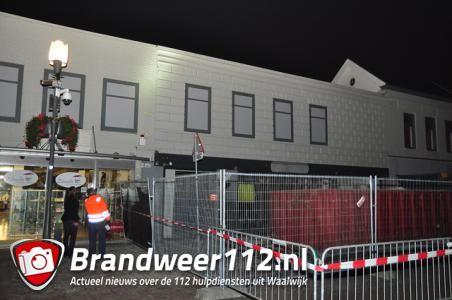 Omstanders zien scheuren bij winkelpand aan de Stationsstraat Waalwijk