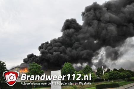 VIDEO: Grote industriebrand bij Huiskes Metaal in Waalwijk: sluit ramen en deuren