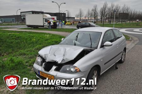 Drie auto's botsen op elkaar in Waalwijk