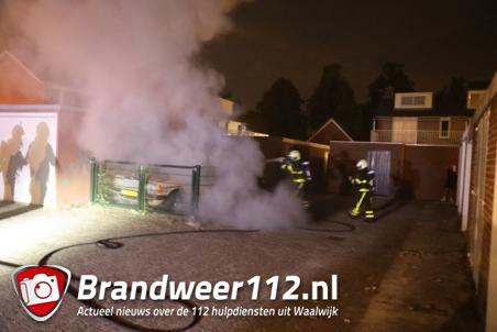 Mercedes uit 1978 brandt uit in Waalwijk