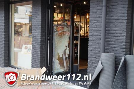 Snelkraak bij kledingwinkel Waalwijk, even verderop gecrashte auto gevonden