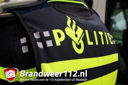 FILMPJE: Waalwijkse jongeren houden politieauto tegen in Waalwijk