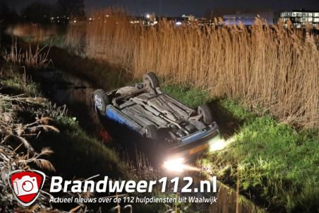 Auto belandt op z'n kop in de sloot langs A59 bij Waalwijk