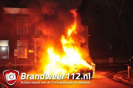 UPDATE: Brandweer rukt uit voor felle autobrand aan de Emmikhovensestraat Waalwijk