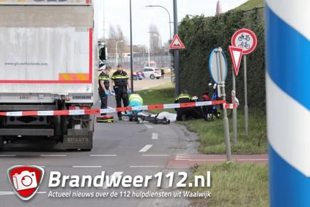 Fietser (74) overlijdt nadat hij op voorruit van vrachtwagen belandt aan de Biesbosweg Waalwijk