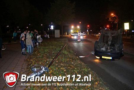 Auto ondersteboven op de Merwedelaan Waalwijk