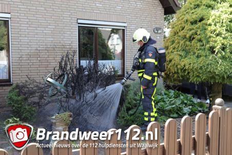 Onkruid wegbranden gaat fout aan de Geerde Waalwijk