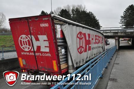 Het was even rustig, maar er staat weer een vrachtwagen vast onder de brug in Waalwijk