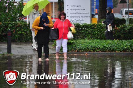 Mensen op blote voeten om ziekenhuis binnen te komen aan de Kasteellaan Waalwijk