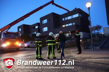 Zon op zonnepanelen met rokend cv pijpje lijkt op brand op dak Waalwijk