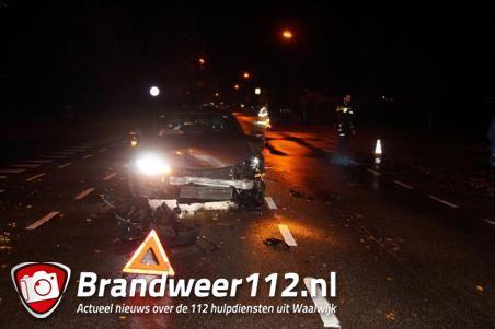 Auto belandt tegen muur op oprit van woning in Waalwijk na botsing