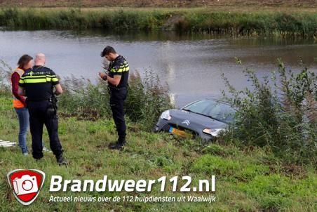 Bestuurster rijdt met auto de sloot in langs de A59 (Maasroute) Waalwijk