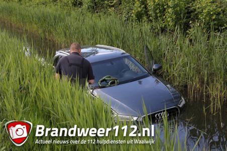 Audi vliegt uit de bocht en belandt in de sloot in Waalwijk
