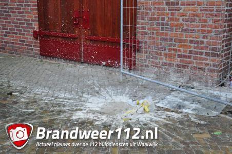 Bakstenen door de ruiten en zakken cement van steiger gegooid bij oude gemeentehuis Waalwijk