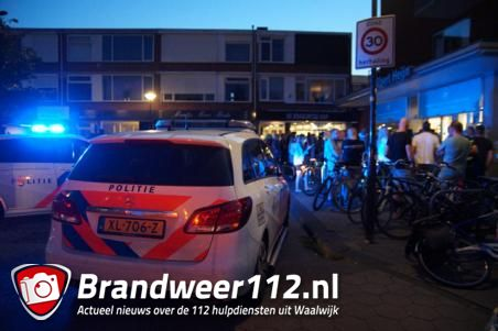 Man zwaait met mes, bedreigt voorbijgangers en slaat politieagent in Albert Heijn in Waalwijk: 'Ik steek je neer'