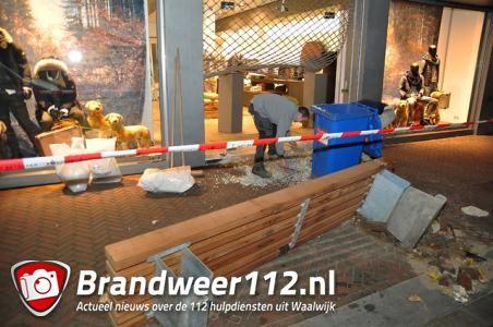UPDATE: Ramkraak op kledingzaak Grotestraat in Waalwijk, schade enorm