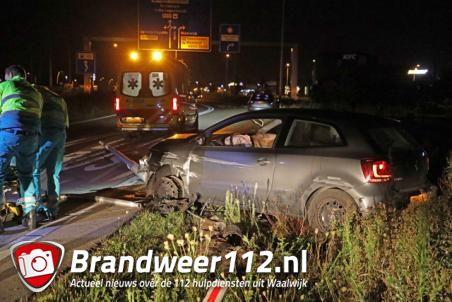 Agressieve automobilist rijdt lantaarnpaal uit de grond en wordt geboeid afgevoerd met ambulance