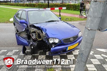 Vrouw ramt met auto tegen lantaarnpaal aan de Kleiweg Waalwijk