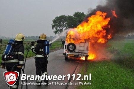 Felle brand verwoest 33 jaar oude camper aan de Overstortweg Waalwijk