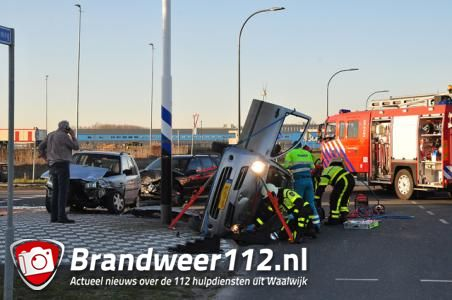 Auto belandt op zijn kant bij botsing tussen drie auto's in Waalwijk