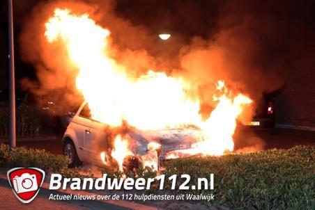 Auto gaat in vlammen op aan de Paul Dukasstraat Waalwijk