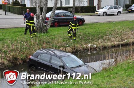 Auto rijdt slootje in in Waalwijk