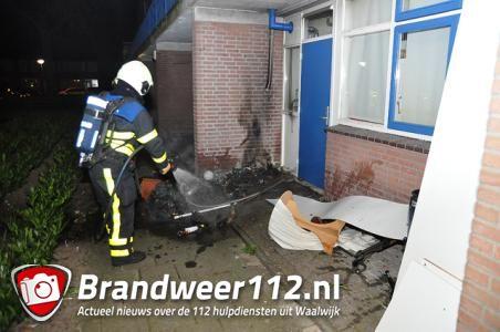 Container staat in brand tegen woning aan de Dr. Kuyperlaan Waalwijk