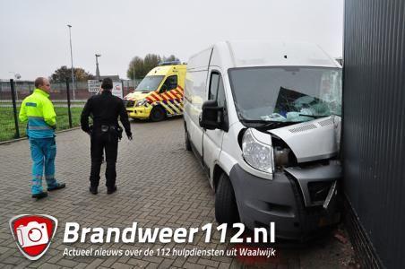 Busje knalt tegen Würth-gebouw in Waalwijk