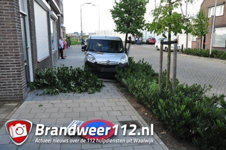 Man raakt lichtgewond bij botsing met caravan, auto, boom en verkeersbord in Waalwijk