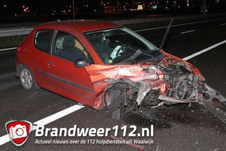 Auto botst tegen vangrail op de A59 (Maasroute) Waalwijk