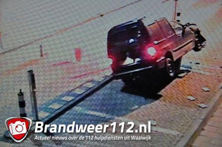 Automobilist rijdt slaappaal omver en vlucht aan de Meester van Coothstraat Waalwijk