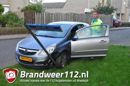 Bestuurder rijdt straatnaambord uit de grond in Waalwijk