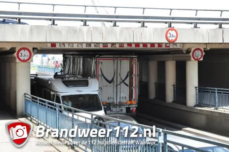 Weer vrachtwagen vast onder berucht viaduct Waalwijk