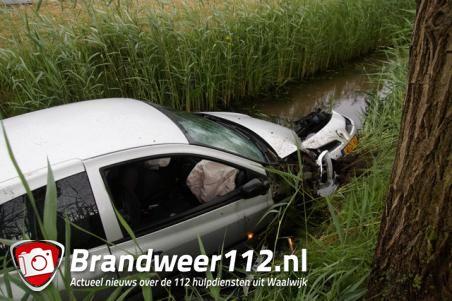 Auto glijdt sloot in door gladde weg in Waalwijk