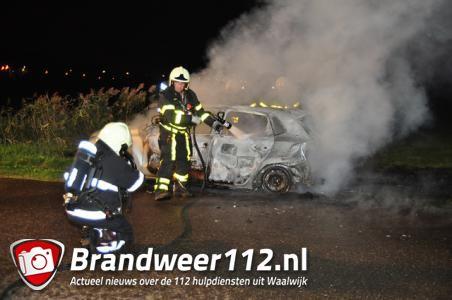 Auto brandt volledig uit aan Overstortweg Waalwijk