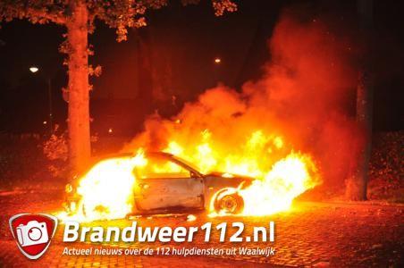 Weer gaat er een auto in vlammen op in Waalwijk