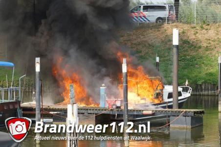 Explosie op boot in Waalwijk, man moet van boord springen om zichzelf in veiligheid te brengen