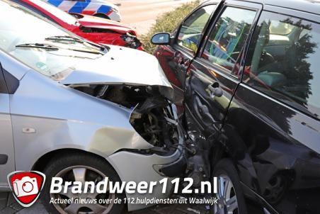 Drie auto's botsen op elkaar op kruising Grotestraat Waalwijk