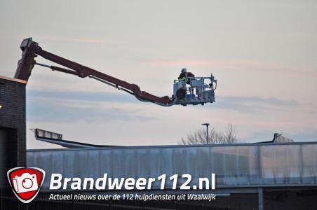 Stuk dak losgewaaid bij gemeentewerf in Waalwijk
