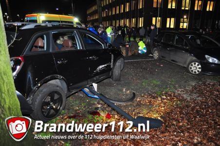 Automobiliste rijdt 2 personen omver bij open avond Dr. Mollercollege aan de Olympiaweg Waalwijk