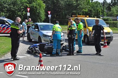 Automobilist botst tegen scooterrijder aan de Akkerlaan Waalwijk