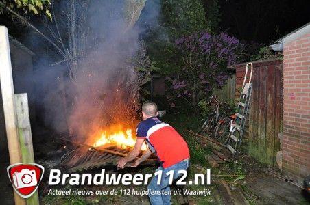 Coniferen in brand aan de Mede Waalwijk